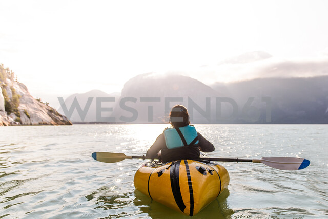 Woman packrafting, Howe Sound bay, Squamish, Canada - CUF47051 - Alex Eggermont/Westend61
