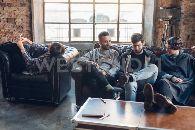 Designers taking break on sofa in studio - CUF47258 - Eugenio Marongiu/Westend61