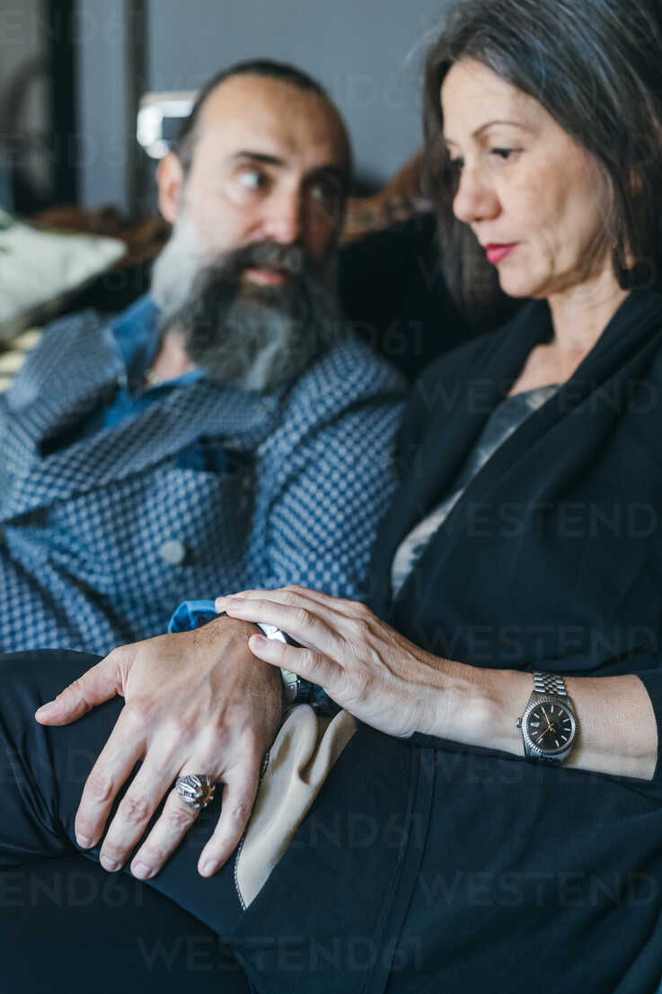 Couple on sofa looking worried - CUF47318 - Eugenio Marongiu/Westend61