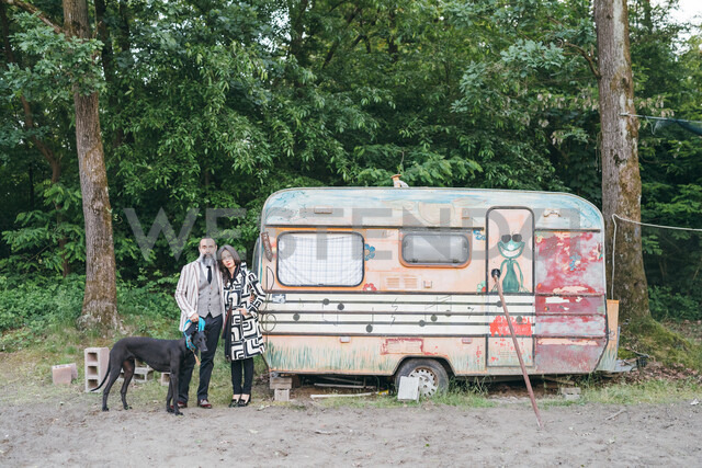 Couple walking dog standing by caravan - CUF47327 - Eugenio Marongiu/Westend61