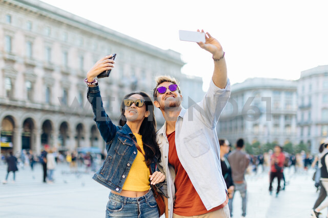 Couple taking selfie, Piazza del Duomo, Milan, Italy - CUF47624 - Sofie Delauw/Westend61
