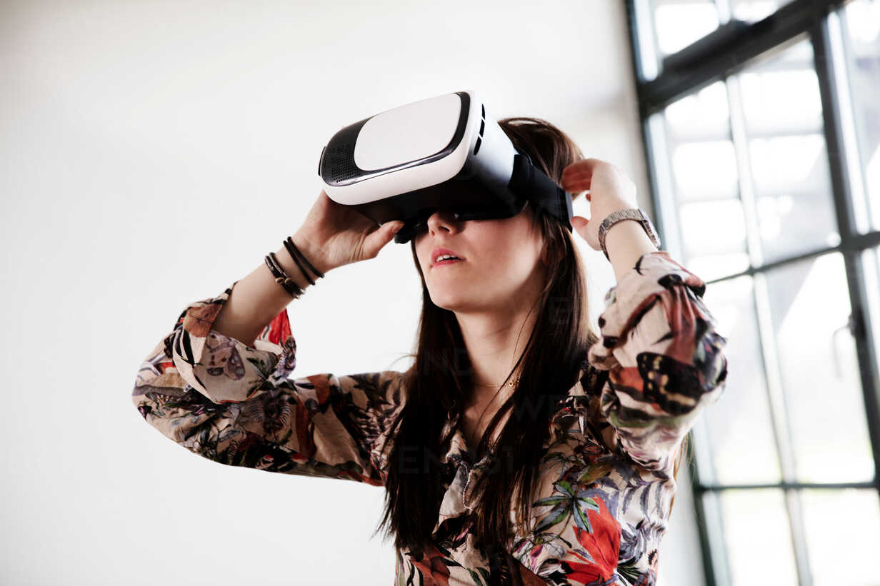 Teenage girl looking through virtual reality handset - CUF47678 - T2 Images/Westend61