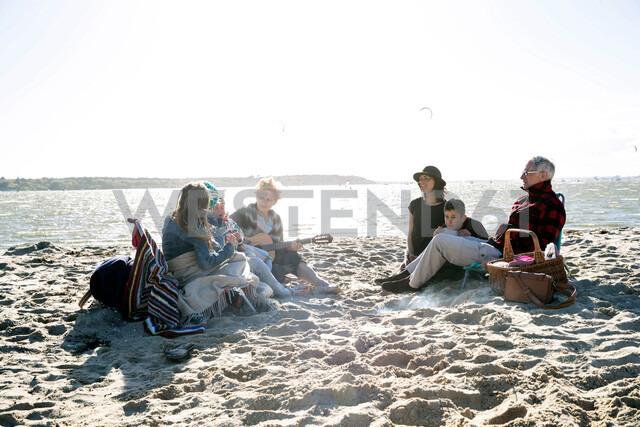 Three generation family enjoying beach - CUF47729 - Grant Squibb/Westend61