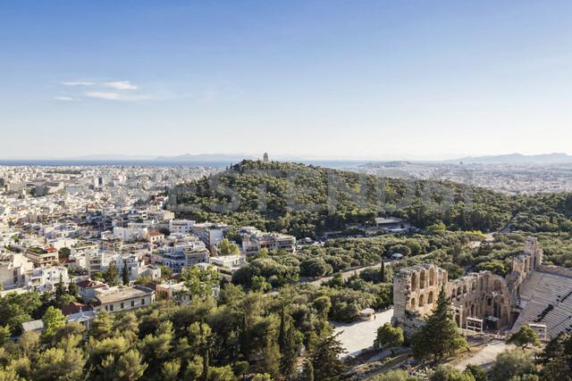 Blick auf Odeon, Theater des Herodes Atticus, Philopapposmonument, Piräus im Hintergrund, Athen, Griechenland - MAMF00337