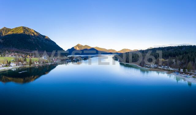 Luftaufnahme, Deutschland, Bayern, Oberbayern, Walchensee, Kochel am See am Abend - AMF06695