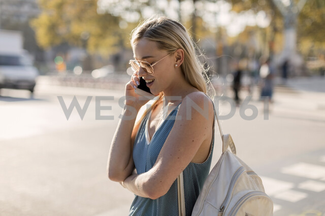 Beautiful blond woman in the city. Barcelona, Spain. - MAUF02302