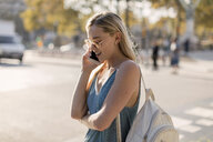 Young woman talking on cell phone in the city - MAUF02302