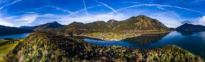 Luftaufnahme, Deutschland, Bayern, Oberbayern, Walchensee, Kochel am See am Abend - AMF06711