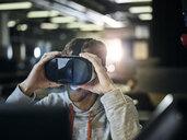 People Lifestyle, (mit Release) Mann 30-35 Jahre sitzt mit VR Brille vor Monitor im Büro, Wattens, Tirol, Austria - CVF01117