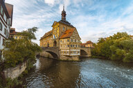 Germany, Bavaria, Bamberg, Old town hall, Obere Bruecke and Regnitz river - TAMF01136