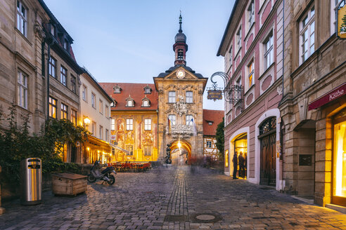 Germany, Bavaria, Bamberg, old town with old town hall at dusk - TAMF01154