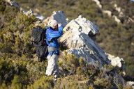 Spanien, Andalusien, Tarifa, Mann beim wandern, Wanderung - KBF00412