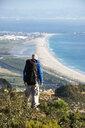 Spanien, Andalusien, Tarifa, Mann beim wandern, Wanderung - KBF00424