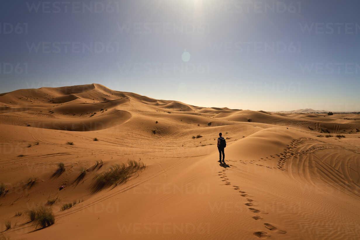 Morocco, man standing on desert dune looking at view - EPF00545 - Maria Elena Pueyo Ruiz/Westend61