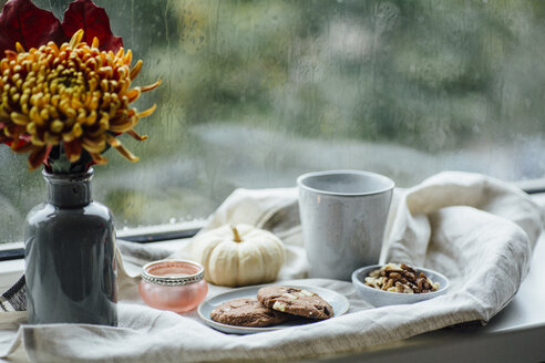 Kekse und Kaffee auf herbstlicher Fensterbank - JESF00197
