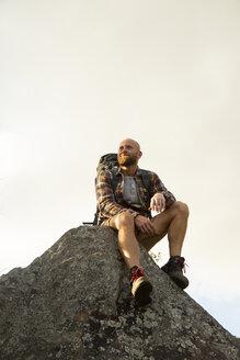 Spanien, Andalusien, Tarifa, Mann beim wandern, Wanderung - KBF00432