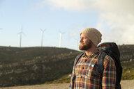 Spanien, Andalusien, Tarifa, Mann beim wandern, Wanderung - KBF00441