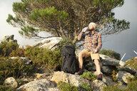 Spanien, Andalusien, Tarifa, Mann beim wandern, Wanderung - KBF00444