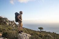 Spanien, Andalusien, Tarifa, Mann beim wandern, Wanderung - KBF00450