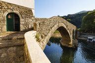 Alte Brücke Stari most, Fluss Crnojevic, Rijeka Crnojevica, Nationalpark Skutarisee, bei Cetinje, Montenegro - SIEF08315