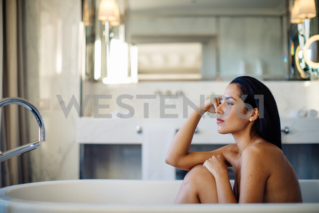 Woman relaxing in bathtub in suite - CUF48097 - Sofie Delauw/Westend61