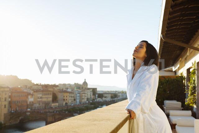 Woman enjoying sun on hotel balcony, Florence, Toscana, Italy - CUF48100 - Sofie Delauw/Westend61