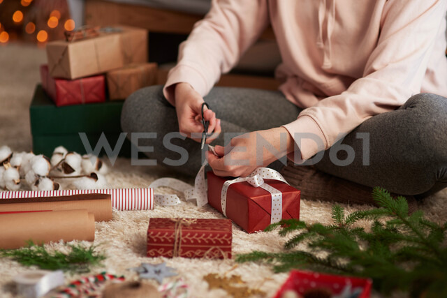 Woman wrapping Christmas presents - CUF48156 - Gpointstudio/Westend61