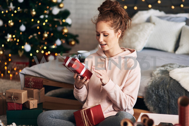 Woman wrapping Christmas presents - CUF48159