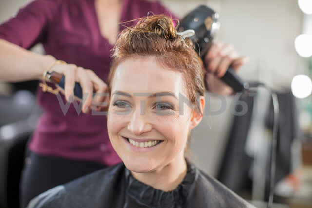 Hairdresser blow drying customer's hair in salon - ISF20156 - Zero Creatives/Westend61