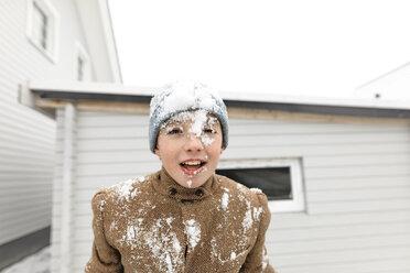 Wickede, NRW, Deutschland. Ein Teenager  schaut in den Himmel auf den fallenden Schnee - KMKF00709