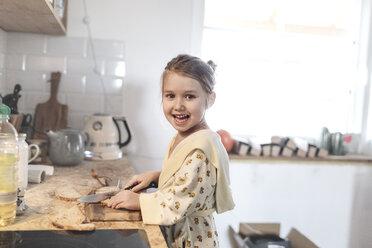 Wickede, NRW, Deutschland. Ein kleines Mädchen bereitet das Frühstück in der Küche eines Neubauhauses vor - KMKF00712