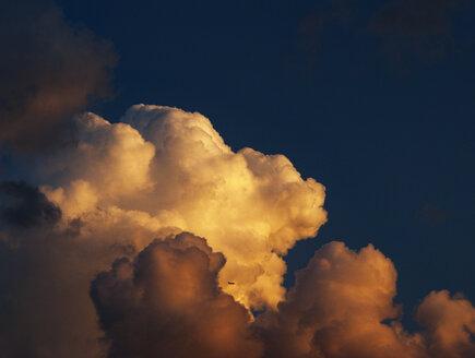 Italien,Kampanien,Neapel,Wollkenstimmung,Gewitterstimmung,Gewitterwolke,Schechtes Wetter,Sonnenstrahl,Dramatischer Himmel,Wetter,Wolkenhimmel,Flugzeug, - WWF04860