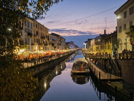 Italy, Milan, Porta Nuova, Navigli, Naviglio Grande at dusk - LOMF00791