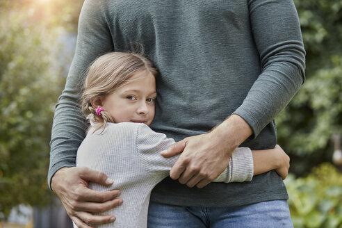 Deutschland, Nordrhein-Westfalen, Stadt Essen, Familie, Lifestyle, Tochter umarmt Vater, Haus, Garten, Immobilie - RORF01605