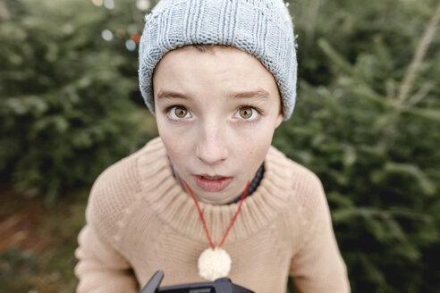 Arnsberg, NRW, Deutschland. Nahaufnahme von einem Junge in einer handgestrickte Mütze - KMKF00738