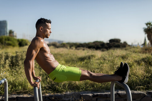 Fitness man doing morning workout outdoor. Barcelona, Spain. - MAUF02369