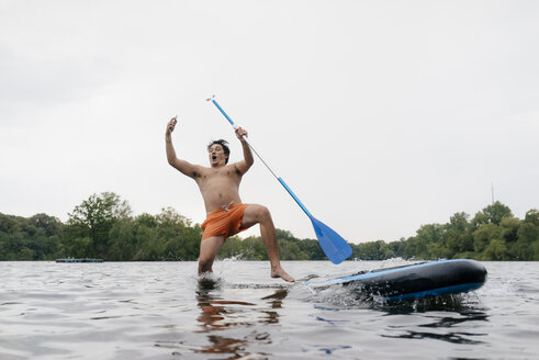 Man falling from SUP board while taking a selfie - GUSF01801