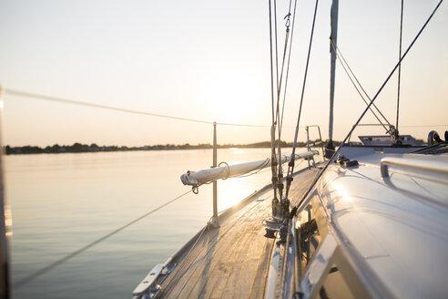 Blick vom Segelboot auf das Meer, Mecklenburg-Vorpommern, Deutschland - JESF00211
