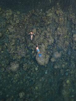 Couple snorkeling in ocean - KNTF02616