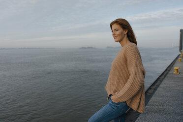 Deutschland; Hamburg; Frau; 44 Jahre; Norden; Herbst; Wasser; Ufer; Fluss; Elbe; Erholung; Fernweh; Sonnenaufgang - JOSF02877