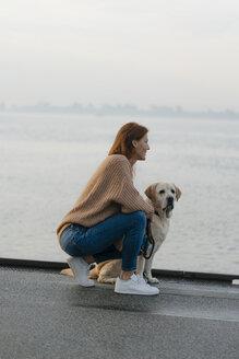 Deutschland; Hamburg; Frau; 44 Jahre; Hund; Strand; Ufer; Elbe; Labrador; Vertrauen - JOSF02904