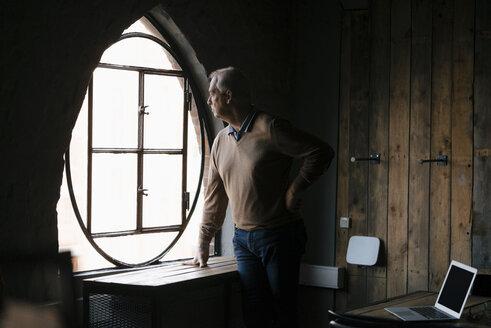 Deutschland; Hamburg; Mann; 69 Jahre; Speicherstadt; Business; Büro - JOSF02913