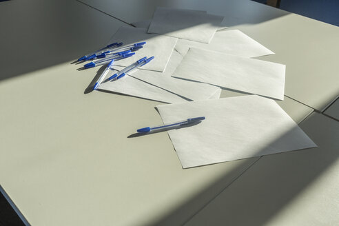 Blank papers and pens on a desk, close up - VGF00207
