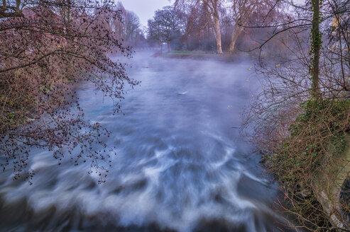 Der Fluß Erft an einem Wehr mit Bewegungsunschärfe. Grevenbroich, Nordrhein-Westfalen, Deutschland - FRF00810