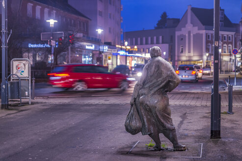 Germany, Grevenbroich, Statue 'Die dicke Emma' watching traffic in the evening - FR00813