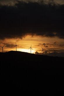 Spanien, Andalusien, Tarifa, Windräder auf einem Berg, Sonnenaufgang - KBF00461