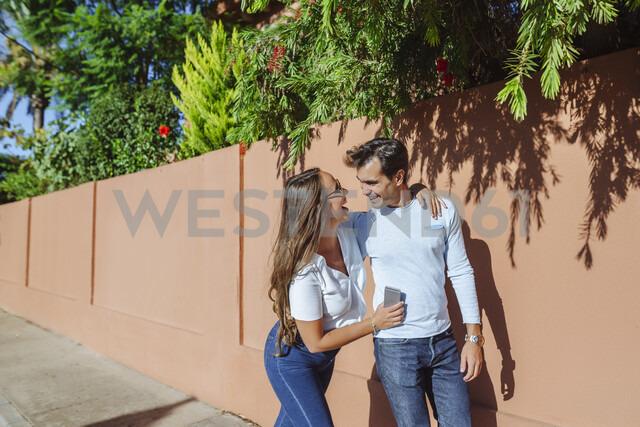 Happy couple taking a walk on a sunny day - KIJF02238 - Kiko Jimenez/Westend61