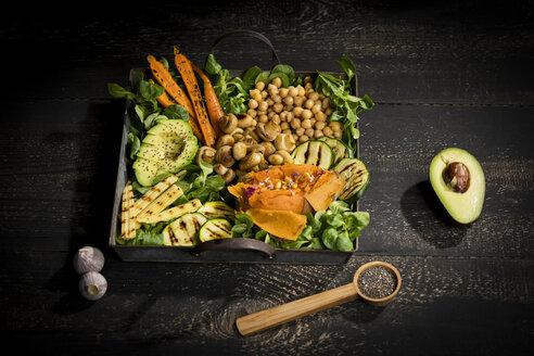 Veganfood - Avocado, Maiskölbchen, Zucchini, Karotten, Champignons, Kichererbsen, Süßkartoffeln, Feldsalat, Chiasamen, Pinienkerne und Knoblauch, Studio - MAEF12769