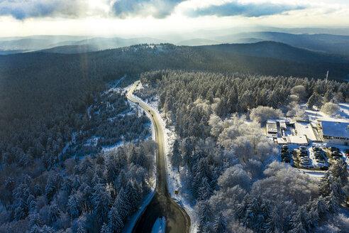 Luftaufnahme, Deutschland, Hessen, Taunus, verscheinte Bäume von oben im Winter - AMF06738