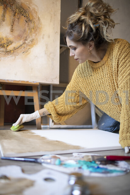 Young woman painting in her atelier - GRSF00069 - Jorge Garcia-Romeu Senante/Westend61